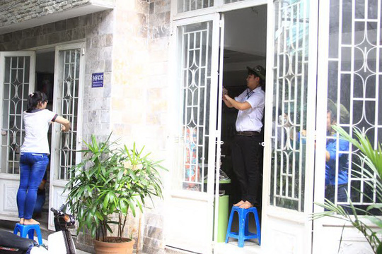 Sinh viên tình nguyện lau dọn nhà bà Cao Thị Oanh chuẩn bị đón thí sinh