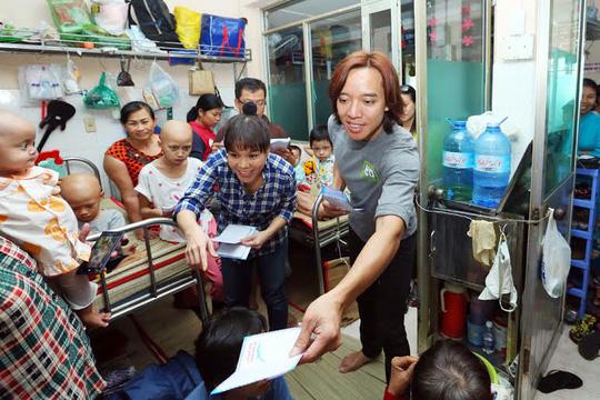 Hai vợ chồng tặng tiền lì xì cho các bệnh nhân nhi