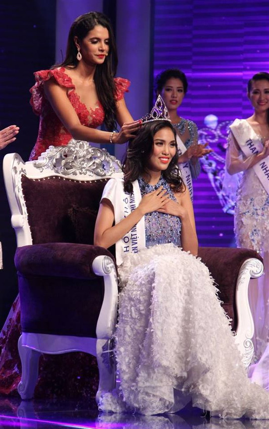 Cô nhận vương miện từ Hoa hậu Thế giới 2011 – Ivian Sarcos
