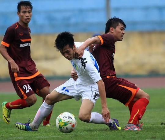 U23 VIệt Nam (phải) trong trận giao hữu thắng Hà Nội T&T 3-1