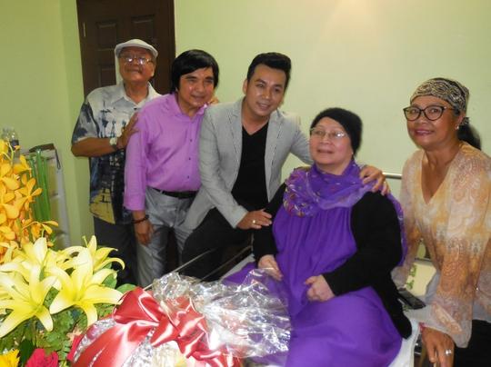 NSƯT Hùng Minh, Chí Tâm, ca sĩ Lưu Thiên Ân, Mai Lan và Tú Trinh trong buổi hội ngộ đầy xúc động
