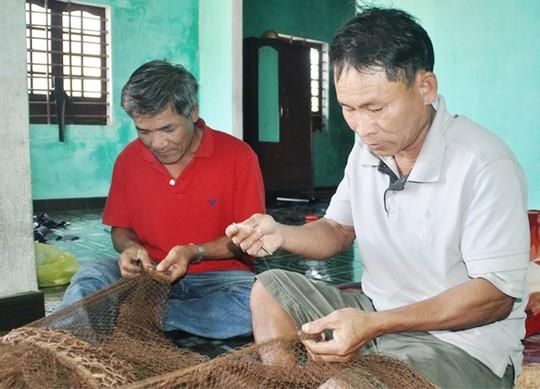 Ông Lê Bánh và ông Đặng Văn Tuân theo nghề vá lưới đã mấy chục năm