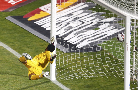 Cú sút của Vargas khiến thủ môn Peru hoàn toàn bó tay