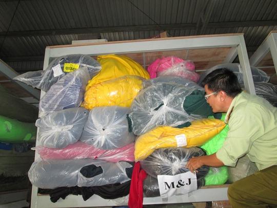 Một lô vải nhập lậu bị quản lý thị trường TP HCM tịch thu chờ phát mãi. Ảnh: Ng.Ánh