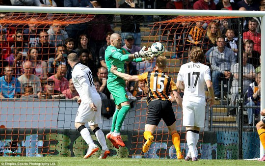 Thủ môn Valdes trong trận gặp Hull City mùa qua