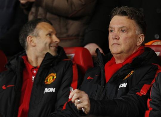 HLV Van Gaal thất thần sau khi Welbeck ghi bàn ấn định chiến thắng cho Arsenal
