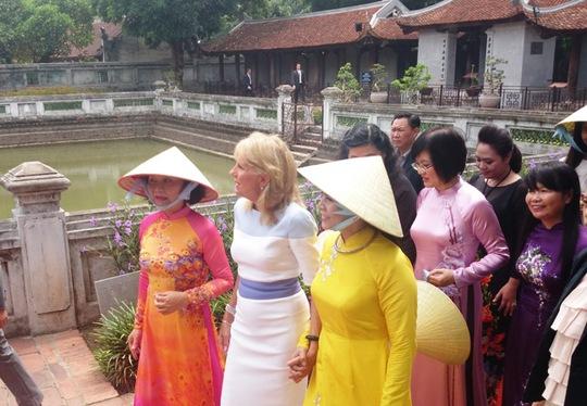 Phu nhân Phó Tổng thống Mỹ thăm Văn Miếu
