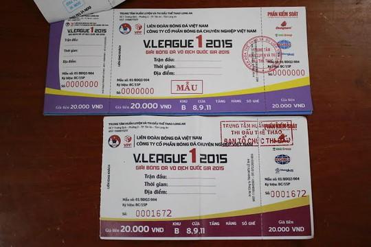 Vé thật (ảnh trên) và vé giả xuất hiện tại SVĐ Long An