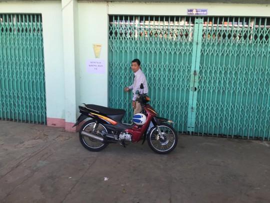 Một CĐV từ tỉnh khác đến Tân An từ rất sớm để mong có tấm vé xem lứa Công Phượng thi đấu