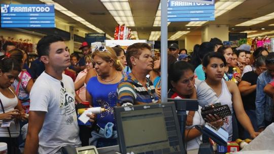 Người dân xếp hàng trong một hiệu thuốc ở Caracas. Ảnh: REUTERS