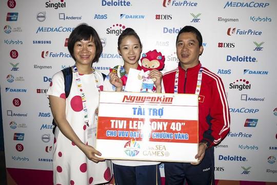 Nguyễn Kim tặng tivi cho các VĐV đoạt HCV