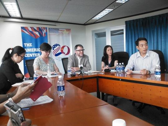 Đại diện Lãnh sự cấp cao tại Việt Nam David McCawley và Trưởng bộ phận thị thực không di dân tại Lãnh sự quán Mỹ tại TP Hồ Chí Minh Sara Michael trả lời báo chí hôm 3-4. Ảnh: Thu Hằng