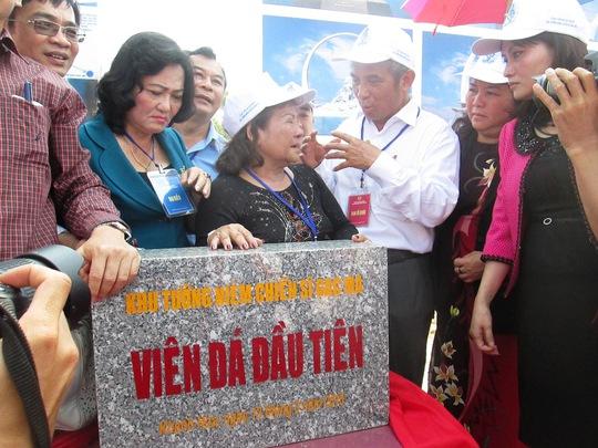 Chủ tịch Tổng LĐLĐ Việt Nam Đặng Ngọc Tùng (thứ ba từ phải sang), trò chuyện với các đại biểu tại lễ đặt viên đá đầu tiên xây dựng Khu tưởng niệm Chiến sĩ Gạc Ma