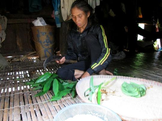 Bà Đinh Thị Bích Liên đang chuẩn bị nguyên liệu làm men.