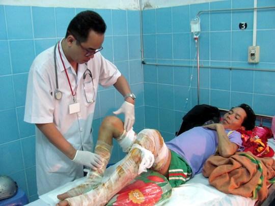 Bác sĩ Võ Nam Định kiểm tra vết thương do bỏng của bệnh nhân Đinh Văn Hải.