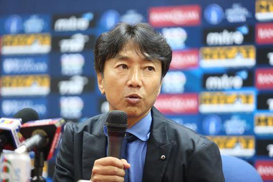 HLV Miura phát biểu trong buổi họp báo sau trận