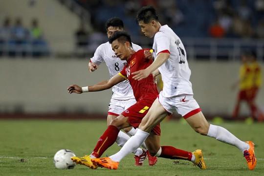 Trận đấu quyết liệt với những pha tranh chấp ở khu vực giữa sân