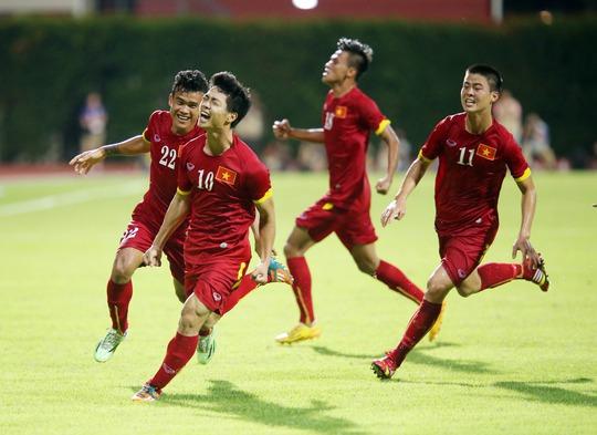 Lần đầu tiên Công Phượng vỡ ào niềm vui cùng đồng đội sau khi ghi bàn