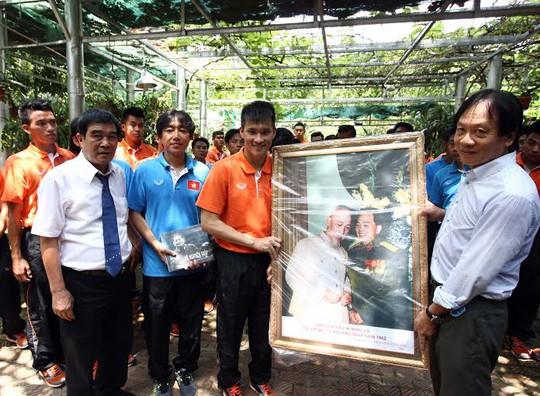 Công Vinh đại diện đội nhận bức tranh từ ông Võ Hồng Nam