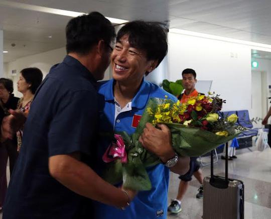 HLV Miura được chào đón thắm thiết sau khi giúp Olympic Việt Nam vào VCK U23 châu Á 2016