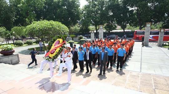 Toàn đoàn vào dâng hoa ở Đài tưởng niệm các anh hùng liệt sĩ Bắc Sơn