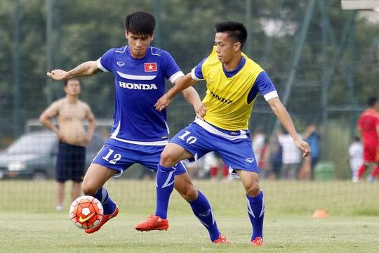 Tiền đạo Văn Quyết (phải) tranh bóng quyết liệt với đồng đội