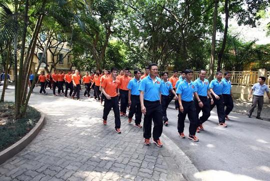 Cả đoàn tiến vào nhà Đại tướng Võ Nguyên Giáp