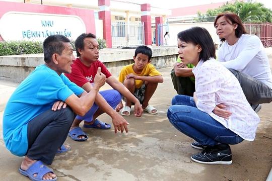 Sau khi nấu, phát cơm cho bệnh nhân, Việt Hương còn ngồi trò chuyện với họ
