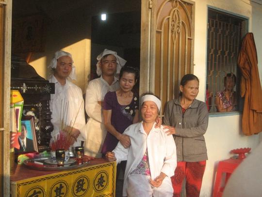 Vợ, con ông Phong đau đớn trước lúc tiễn đưa ông về với đất