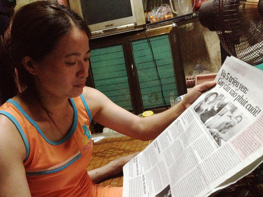 Chị Hồng theo dõi thông tin về vụ 5 triệu yen trên Báo Người Lao Động