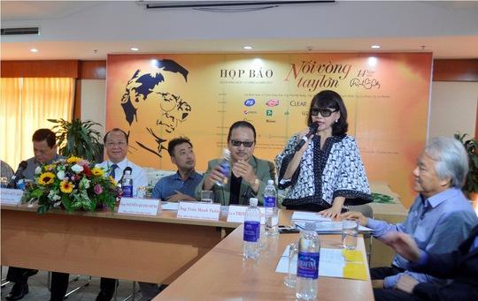 Ca sĩ Trịnh Vĩnh Trinh thay mặt ban tổ chức giới thiệu chương trình Đêm nhạc kỷ niệm 14 năm ngày mất của nhạc sĩ Trịnh Công Sơn