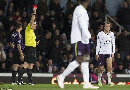 McGeady của Everton bị trọng tài phạt thẻ đỏ