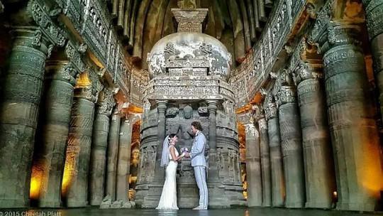 Vợ chồng anh Platt chụp hình cưới tại Ấn Độ. Ảnh: Facebook