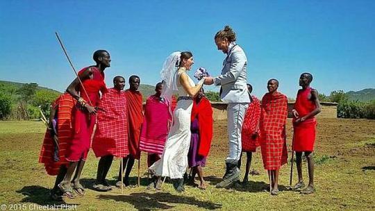 Vợ chồng anh Platt chụp hình cưới tại Kenya. Ảnh: Facebook