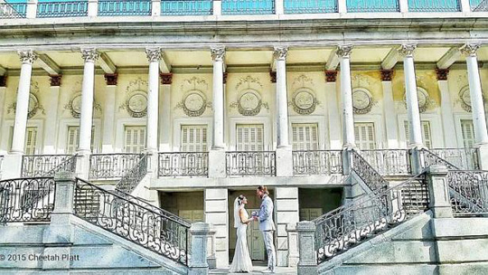 Vợ chồng anh Platt chụp hình cưới tại Tây Ban Nha. Ảnh: Facebook