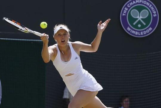 Wozniacki khoét lỗ trước bụng để tạo sự gợi cảm