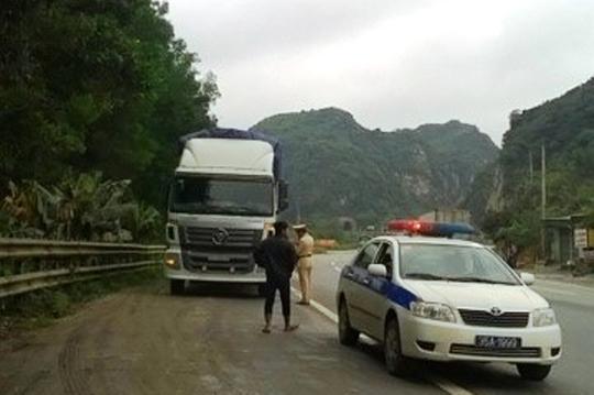 Chiếc xe tải chạy sang đến địa phận Thanh Hóa thì bị lực lượng CSGT Ninh Bính truy đuổi khống chế