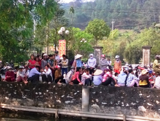 Rất đông người dân ở Hà Trung đã kéo đến Tòa án nhân dân huyện để theo dõi phiên xét xử