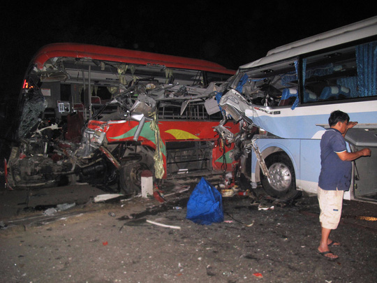 Hiện trường vụ tai nạn 2 xe khách tông nhau trong đêm 1-3