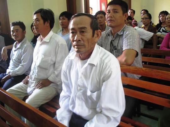 Ông Nguyễn Văn Thân theo dõi phiên tòa xét xử con mình