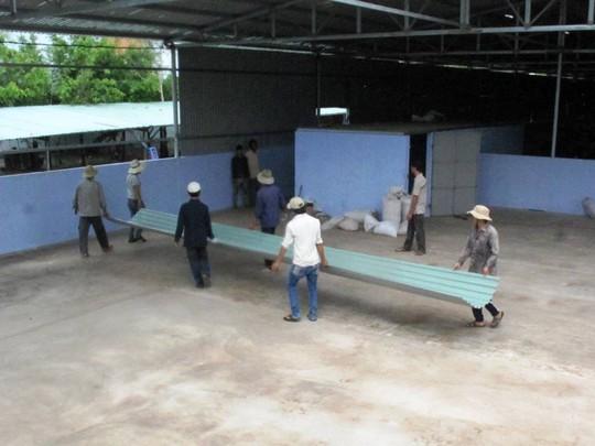 Ngày 23-6, xưởng hạt điều xây trái phép trên đất bí thư huyện tiếp tục được tháo dỡ