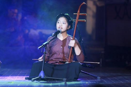 Hồng Nga, cháu gái nguyên Tổng bí thư Lê Khả Phiêu, trên sân khấu xẩm