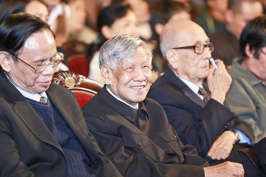 Nguyên Tổng bí thư Lê Khả Phiêu (giữa) đến cổ vũ cháu gái