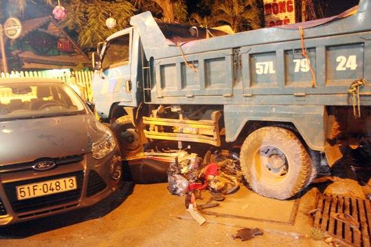 Chiếc xe máy của vợ chồng anh Thuận bị kéo vào gầm cán nát
