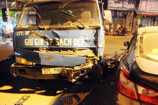 May mắn có chiếc ô tô bốn chỗ đậu trước nhà hàng Đồng Quê cản lại nên 4 bảo vệ đang ngồi giữ xe tại đây thoát chết