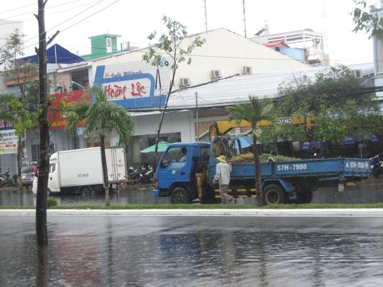 Đội ngũ xe của Công ty Công trình đô thị TP Cần Thơ tức tốc đi dọn dẹp rác, nhánh cây gãy đổ sau cơn mưa