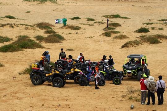 Các xe địa hình vào địa điểm tập kết