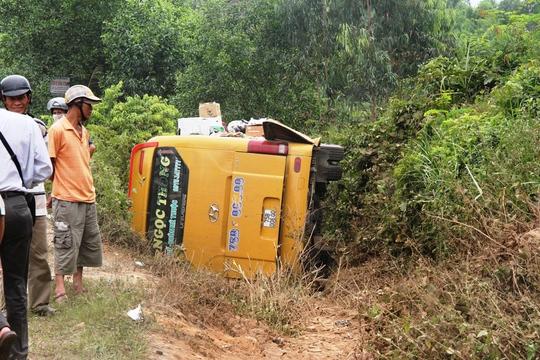 Hiện trường vụ lật xe khách khiến 10 hành khách bị thương Ảnh: Thu Bồn