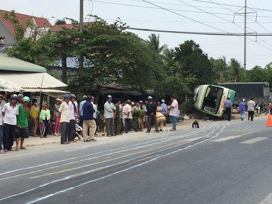 Hiện trường chiếc xe buýt tông chết người rồi lật ngang trên Quốc lộ 50