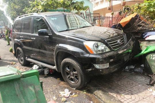 Chiếc xe tông liên tiếp 2 xe máy khiến ông Lễ bị kéo lê dưới gầm ô tô và tử vong sau đó.